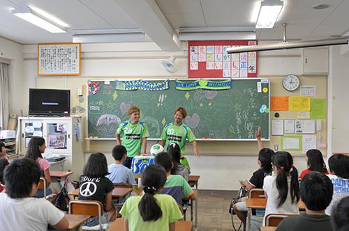 ベルマーレ選手訪問授業「ベルせん」実施 地元平塚出身の馬場、猪狩らが豊田小へ
