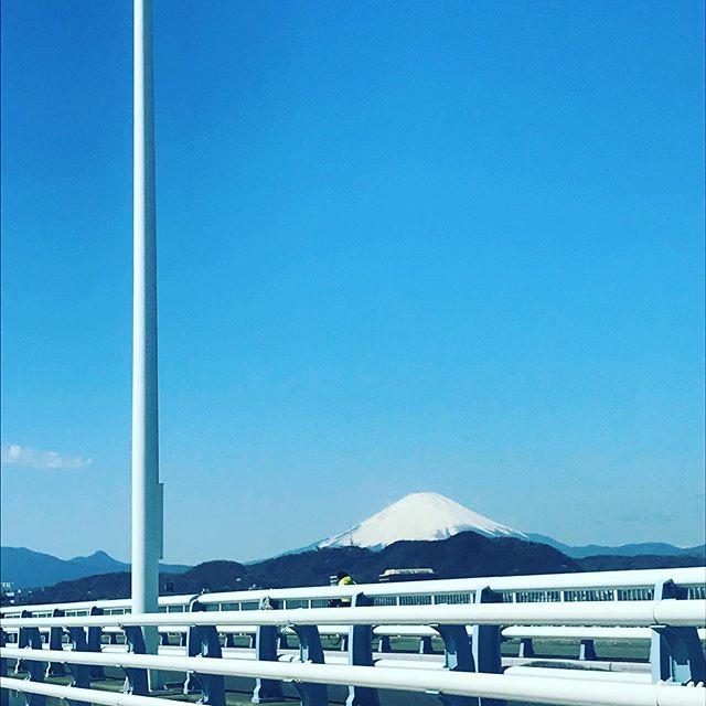 """本日の湘南平塚からみる富士山。富士さんの美しい姿に励まされ、気を引き締め """"いま""""を乗り越えよう。#富士山 #湘南からみた富士山 #頑張ろう湘南#頑張ろう平塚"""