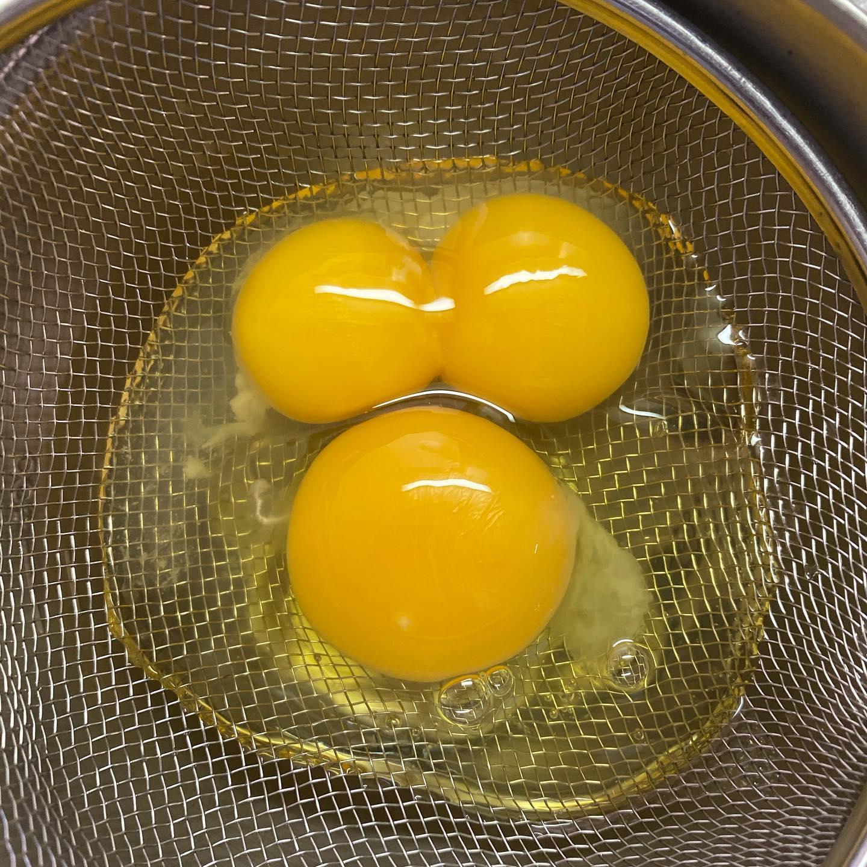 今朝、オムレツを作ろうと卵を割ったら双子ちゃん!.いいことあるかな。by たくちゃん#隠れミッキー