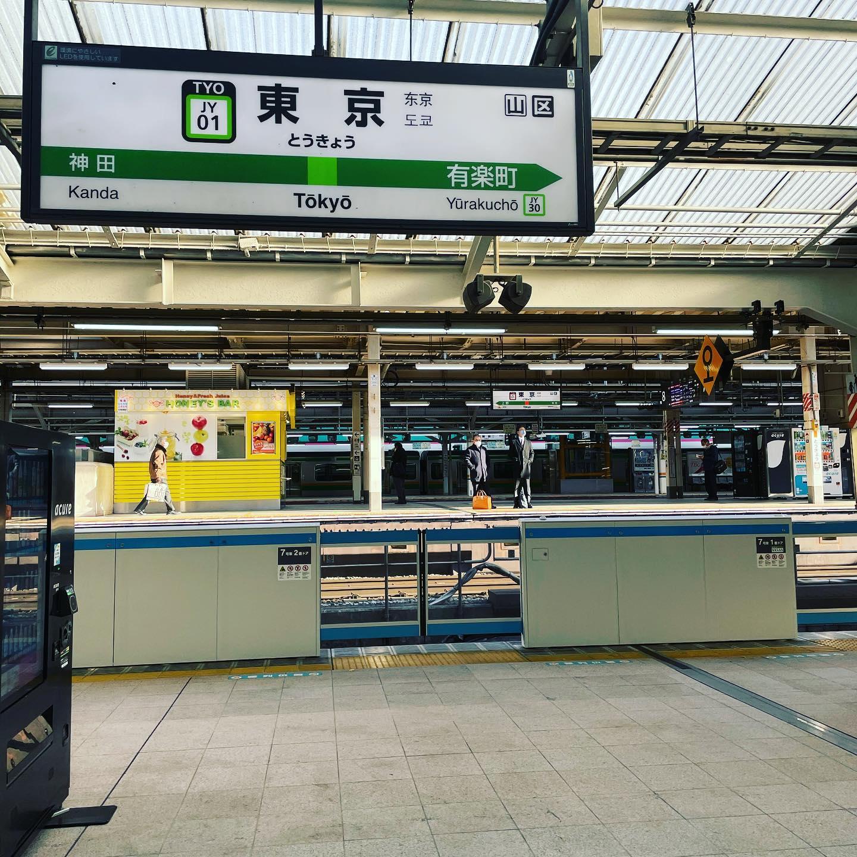 今日はまさに東京駅すぐそばでお仕事。東京駅はさすがに本日コロナ感染者数2000人超え、緊急事態宣言前日と人は少なく…消毒持ち歩き、二重マスクに花粉メガネで武装移動するジャーナル社長です。#緊急事態宣言前日#コロナ禍#東京駅#湘南ジャーナル社長