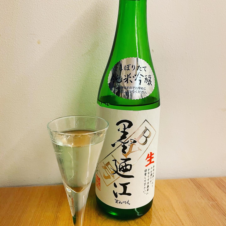 ジャーナル社長の食事のお供。本日は東北大震災で被災した宮城県石巻市のお酒。まー!フレッシュでクイクイと…。緊急事態宣言下慌てず、いつも通りにでも家の中でゆっくり過ごす。あ、これから子ども達とUNO大会!ドボンて知ってました?!#緊急事態宣言中の過ごし方 #日本酒#墨迺江酒造 #湘南ジャーナル社長 #湘南ジャーナル