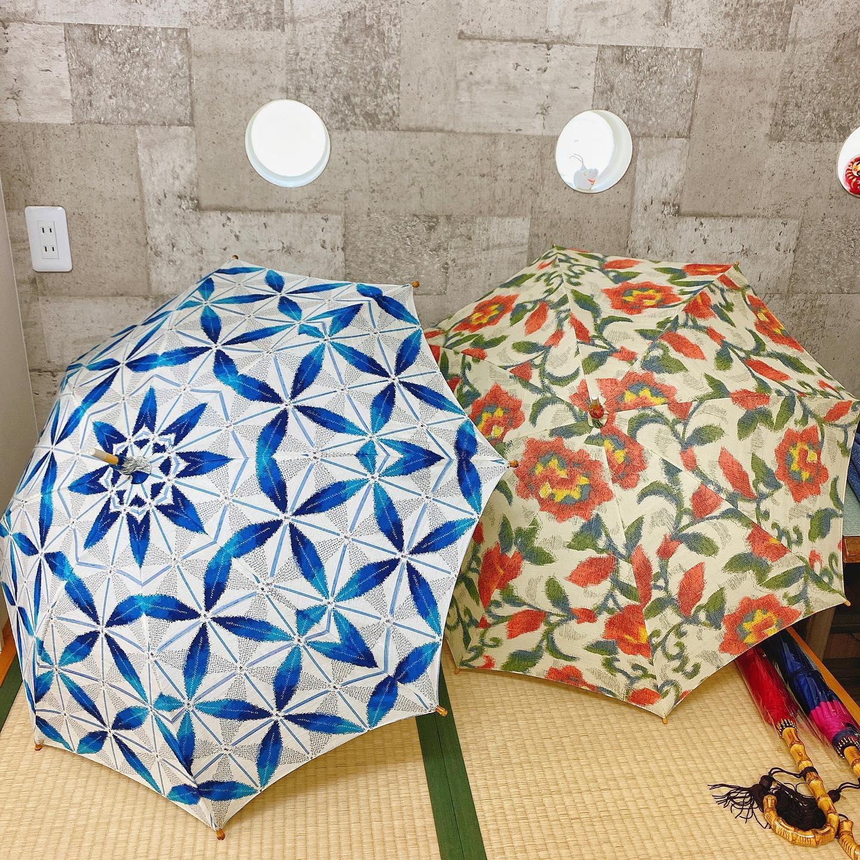 こんにちは️🏻営業部のらりっさです!.皆さん、今日は何の日かご存知ですか...?めっちゃ晴れていますが、今日は『雨の日』ですよ.暦上では梅雨入りになることが多いかららしいです.なので、今日は雨の日にちなんで平塚の商店街にある『こばり洋傘店』さんにお邪魔してきました!.子供用の傘から大人用まで、カラフルでかわいい傘やシックなデザインの傘などたくさんありましたステキなこの傘、何で作られているか分かりますか...?正解は...『着物』ですこちらの2つ、着物で作られた日傘なんですよ☂!汚れて着られなくなってしまった着物や、浴衣がある方はぜひ世界に一つだけの傘を作ってみてはどうですか️?.こばりさんで購入した傘なら何度でも無料で修理してくれるそうですよ!今はもう製造されていない傘用ミシンで作られる傘を持って楽しく雨の日を過ごしませんか#湘南ジャーナル #湘南 #平塚 #雨の日 #傘 #傘リメイク #着物 #浴衣 #平塚商店街 #商店街 #アンブレラマスター #アンブレラマスターのいるお店 #こばり洋傘店 #instagood #instagram #insta #instalike #instadaily #umbrella #japan #shonan #hiratsukagood
